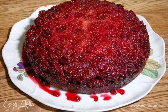 Горячий пирог перевернуть на блюдо.