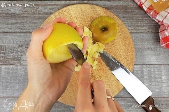У яблок срезаем верхушку. Ножом или ложкой аккуратно убираем семечки и часть мякоти.