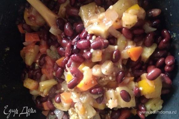 Перемешать рагу с фасолью и чесноком. Готовить вместе еще 5–7 минут.
