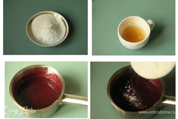 Пектин смешиваем с 15 г сахара. Желатин замачиваем в холодной воде. В пюре всыпаем дождиком пектин с сахаром.