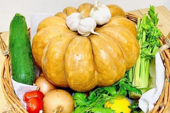 Подготавливаем овощи и мясо. Овощи промыть. Мясо заранее достать из холодильника, чтобы было комнатной температуры.