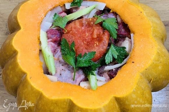 В конце на мясо выкладываем очищенный от кожуры помидор и закрываем тыквенной крышкой.