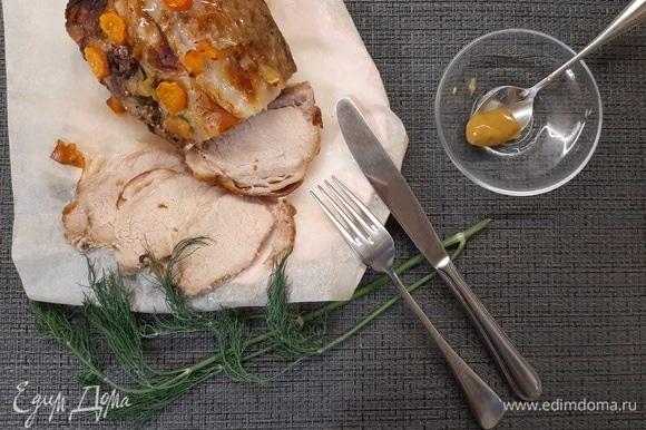 Обвалять кусок мяса в смешанных специях, затем положить его на чеснок и морковь, сверху посыпать оставшимися специями и овощами. Отправить в духовку на 1 час 15 минут. После указанного времени раскрыть фольгу, чтобы буженина подрумянилась, и запекать еще 10 минут. Приятного аппетита!