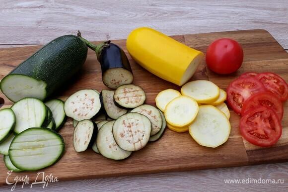 Баклажаны, помидоры, кабачки нарезать тонкими колечками. Нарезанные баклажаны посыпать солью и оставить на 20 минут, чтобы убрать горечь.