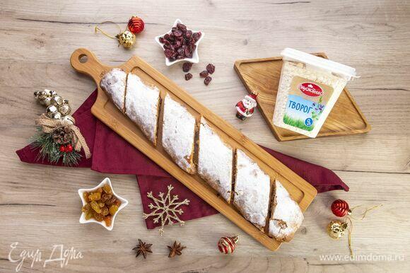 Готовый штрудель посыпьте сухарной пудрой. Сладкое угощение к праздничному столу готово!