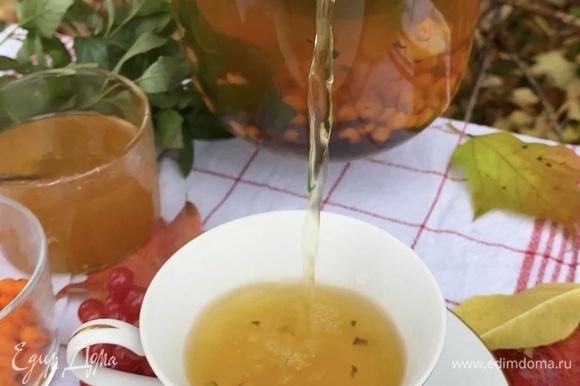 Мед можно добавить непосредственно в чашку, в немного остывший чай для сохранения всех полезных свойств.