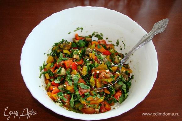 Затем с овощей снять шкурку и нарезать крупными кусочками. Добавить половину нашинкованной зелени кинзы и измельченный чеснок. Посолить и поперчить.