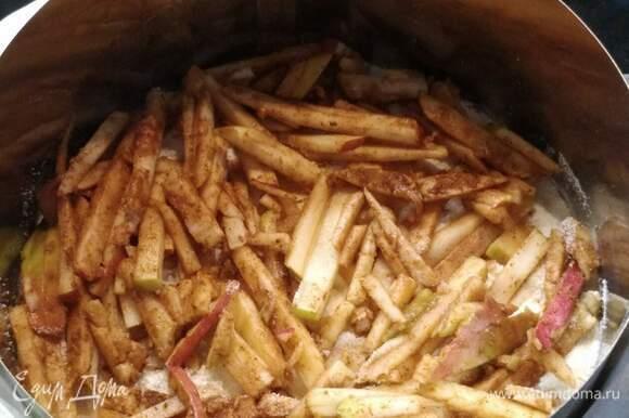 Форму смазать маслом или выстелить пекарской бумагой. Рекомендую снаружи проложить фольгу, чтобы молоко не вытекало из формы. Выложить слоями сухую смесь и яблоки, чередуя их. Последний слой — яблоки.
