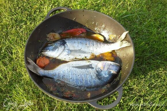 Рыбу положить поверх овощей.