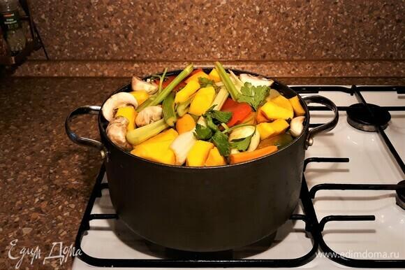 Подготовленные продукты сложить в кастрюлю, залить водой, варить до готовности.