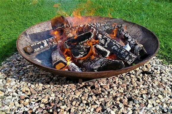 Запекать будем в чугунной чаше для разведения костра. В зимний период на даче не живем, поэтому хочется готовить блюда на костре, на дровах — самая вкусная еда! У кого нет такой возможности — готовьте в духовке, конечно, не будет запаха дымка, получится как в кафешках бистро, но тоже вкусно!