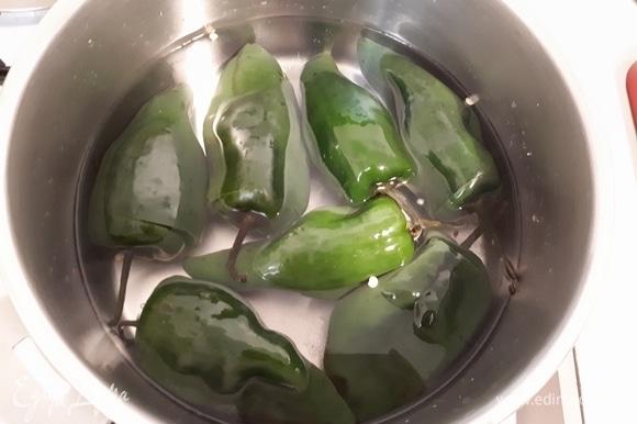 В горячей воде растворите соль и уксус в пропорции 1 литр воды на 1 ст. л. соли и 4 ст. л. уксуса. Залейте перцы водой и оставьте вариться на медленном огне, пока они не поменяют цвет.