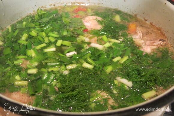 Кладем зелень, варим несколько минут, солим, перчим.