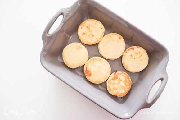 Перекладываем их в форму для запекания и выпекаем в течение 15 минут. Наши сырники готовы! Подаем их со сметаной, вареньем, сгущенкой, да с чем угодно! Приятного аппетита!