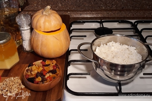 Рис отварить в подсоленной воде до полуготовности. Крупные ягоды и орехи нарезать ножом.