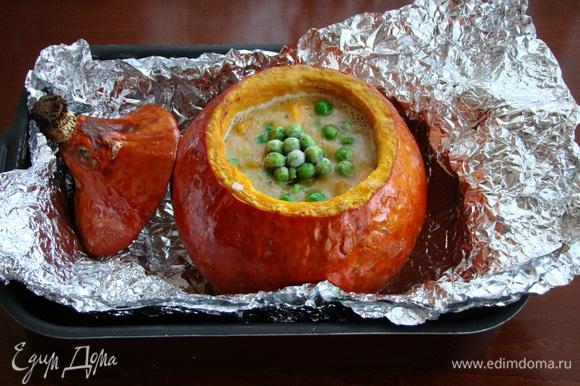 Затем добавить зеленый замороженный горошек, перемешать и поставить обратно в духовку буквально минут на 10. Горошек очень быстро варится.