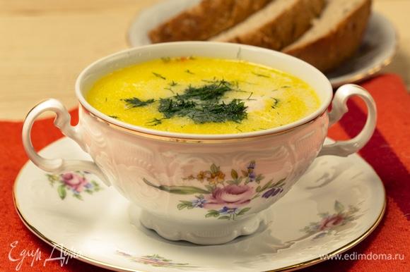 Украсить готовый сырный суп перед подачей свежим укропом. Приятного аппетита!