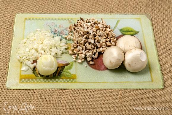 Нарезать грибы и репчатый лук, натереть на крупной терке твердый сыр.