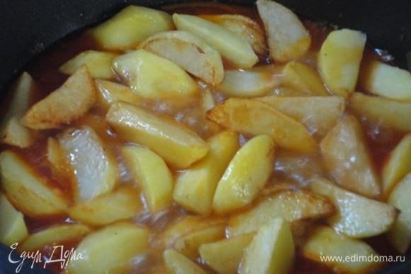Выложить картофель, поперчить черным свежемолотым перцем. Доведите до кипения и готовьте еще 10 минут.