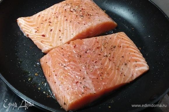 На разогретом топленом масле обжарить лосось. Во время жарки посыпать сначала одну сторону смесью специй, затем перевернуть рыбу и посыпать вторую. Жарить лосося долго — значит, его испортить. Лосося нужно снимать с огня еще до того, как начнет выделяться свернувшийся белок (такие неаппетитные белые пятна). Итак, жарить на среднем огне с одной стороны 5 минут, с другой — 2–3 минуты, затем выключить огонь и полить рыбу образовавшимся маслом.