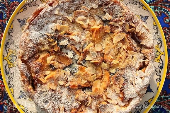 Готовый пирог достать из духовки и полностью остудить в форме.