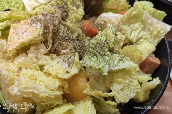 Савойскую капусту (вирсинг) нарезать крупными кусочками. Выложить в кастрюлю, посолить и поперчить, добавить щепотку мускатного ореха и майоран. Аккуратно перемешать, тушить еще 10–15 минут, до готовности картофеля.