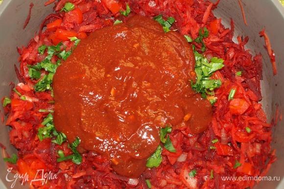 Зелень порубить. Добавляем томатный соус и зелень к овощам. Томим 5 минут на среднем огне. Через 5 минут добавляем лавровый лист и томим еще 5 минут.