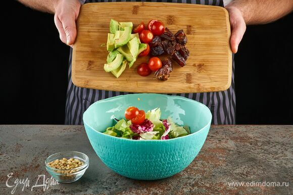 К салатному миксу добавьте авокадо, черри, финики и кедровые орехи.