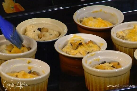 Желток перемешать со щепоткой соли и смазать тесто.