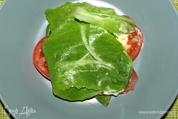 Закрываем листьями салата.
