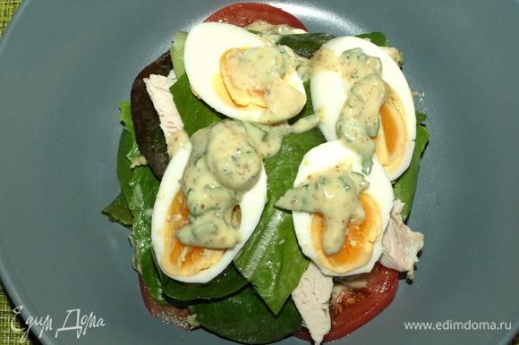 Выкладываем яйца и немного заправки. Закрываем оставшимися листьями салата.