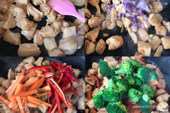 В сковороде с толстым дном разогреть масло и обжарить филе до готовности. Потом добавить лук, чеснок. Перемешать и потушить одну минуту. Затем добавить морковь, перец, сельдерей, соевый соус, перемешать и потушить еще пару минут. В конце добавить брокколи, перемешать и снять с огня.