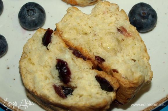 Сконы можно подать с маслом, джемом или взбитыми сливками. Можно подать с творожным солоноватым сыром и подкопченной семгой или форелью.