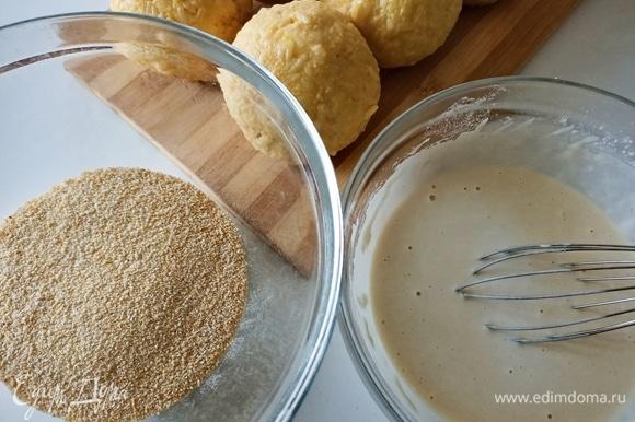 Готовим кляр. В одну пиалу насыпать панировочные сухари, в другой смешать муку с водой и щепоткой соли.