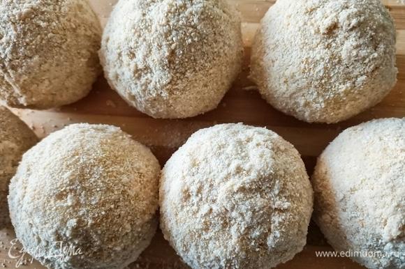 Рисовые шарики по очереди аккуратно опускать сначала в тесто, затем обваливать в панировочных сухарях.