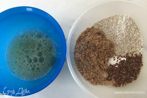 Смешать все сухие ингредиенты. Отдельно смешать белки яйца с водой и маслом. Смесь с яйцом немного взбить вилкой. Все соединить и оставить на 10 минут, чтобы отруби немного набухли.
