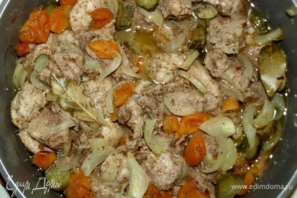 Достаем готовое мясо. Даем отдохнуть 10 минут. Извлекаем лавровый лист. Перемешиваем. Можно подавать с картофелем или рисом.
