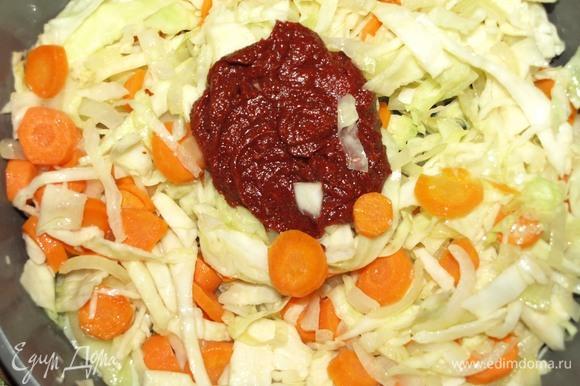 Капусту нашинковать и соединить с луком и морковью. Добавить томатную пасту, приправы и специи (отрегулировать по своему вкусу). Перемешать. Если необходимо, то перекладываем в жаропрочную форму.