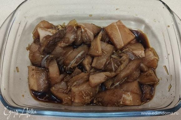 Для начала маринуем куриную грудку в соевом соусе с перцем и чесноком. Оставляем на час.
