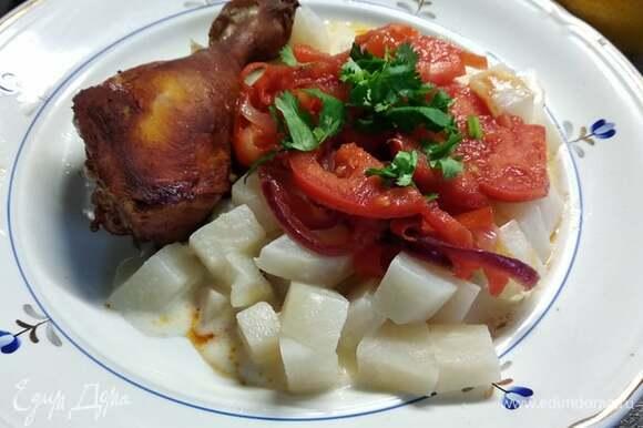 При подаче выкладываем помидоры на кольраби. Сверху посыпаем рубленой петрушкой. Рядом выкладываем курицу (или мясо, или рыбу). Приятного аппетита!