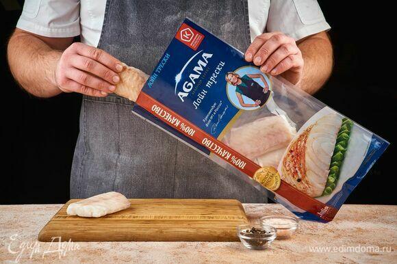 Лойн трески AGAMA разморозьте, обсушите бумажными полотенцами. Натрите перцем и солью.