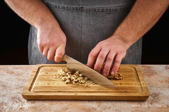 Грецкие орехи измельчите.