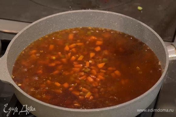 Влить горячий бульон, так чтобы чечевица была покрыта жидкостью, и готовить 20–25 минут.