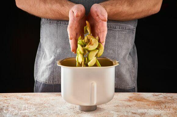 Яблоки нарежьте тонкими пластинками. В чашу хлебопечки STARWIND выложите половину яблок.