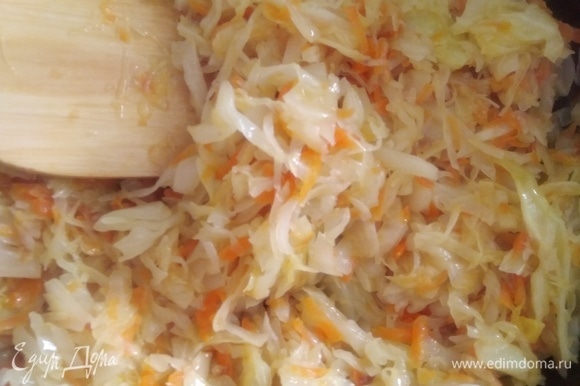 Для начинки потушить на масле нарезанную капусту и тертую морковь, посолить, поперчить по вкусу. Дать жидкости выпариться. Остудить.
