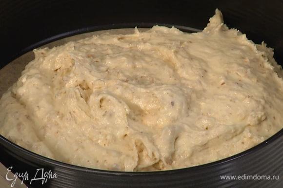 Разъемную форму для выпекания застелить бумагой для выпечки, выложить тесто. Выпекать корж в разогретой духовке 50–60 минут, в зависимости от мощности духовки.