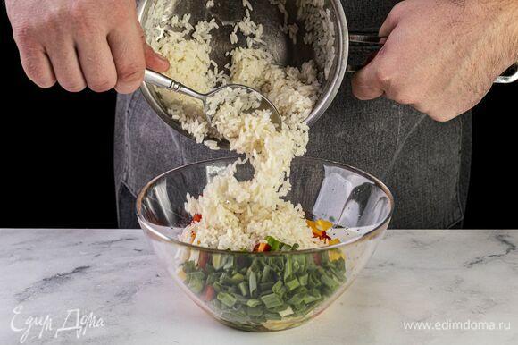 К ананасам добавьте рис, болгарский перец и зеленый лук.