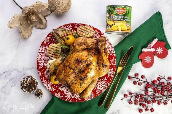 Запекайте курицу в заранее разогретой духовке при 180°C 1,5 часа. Под конец включите режим «гриль», чтобы птица хорошо подрумянилась. Не забывайте периодически открывать духовку и поливать курицу выделившимся соком. Подавайте блюдо на праздничный стол!
