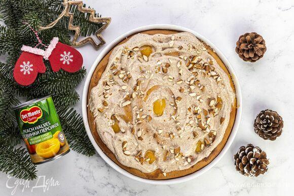 Горячий пирог смажьте холодным кремом, посыпьте миндалем. Подавайте пирог через 20 минут, когда он слегка остынет.