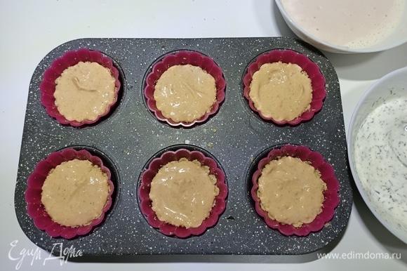 Достать форму из холодильника и на песочную основу выложить сливочно-томатный мусс. Вернуть в холодильник на 15 минут.